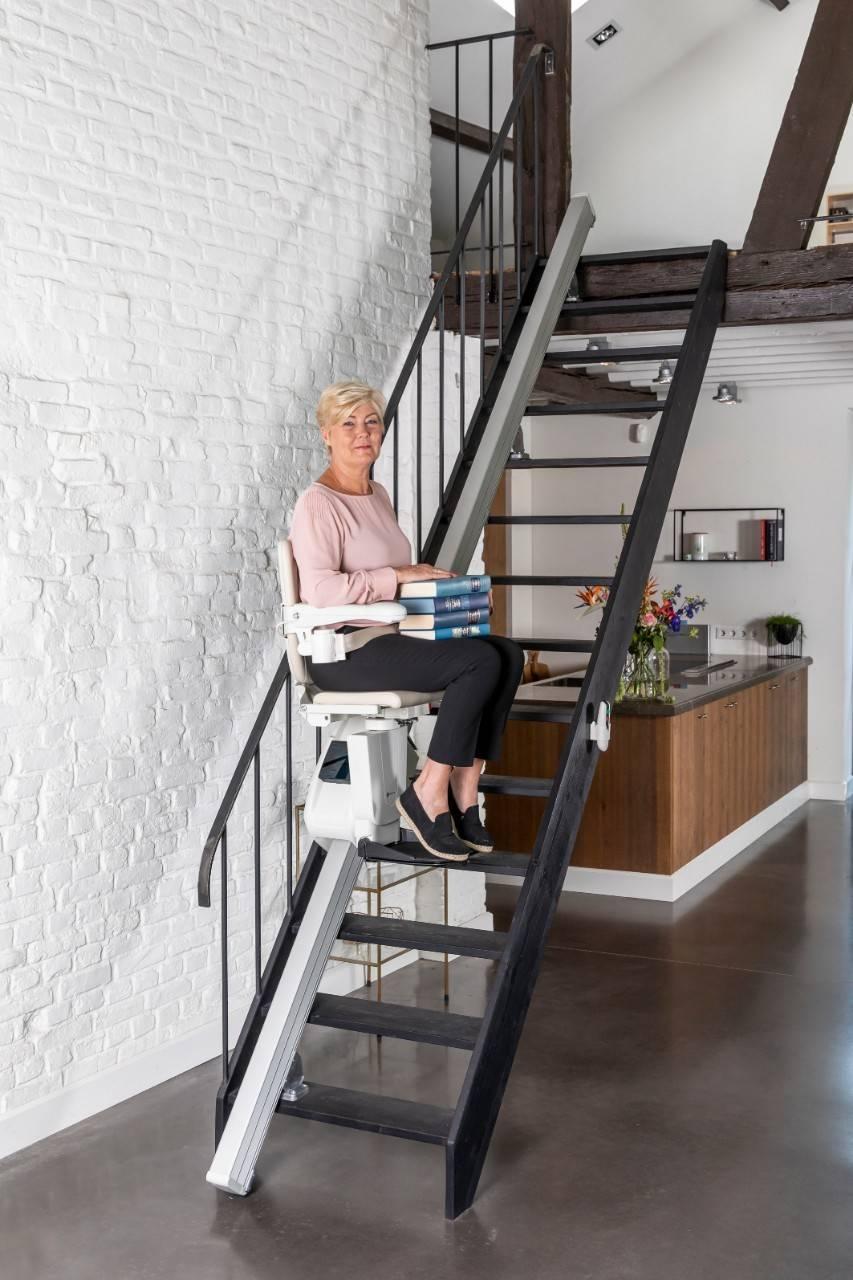 femme sur un siège élévateur pour escalier droit