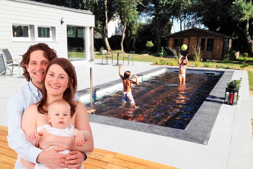 famille devant une piscine couverture