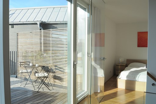 Fenêtre coulissante en pvc blanc dans une chambre