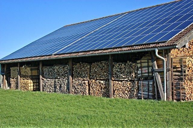 panneaux solaires sur un hnagar