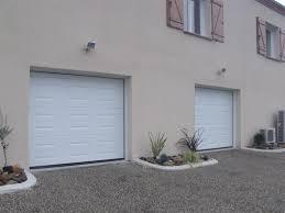 deux portes de garage blancs
