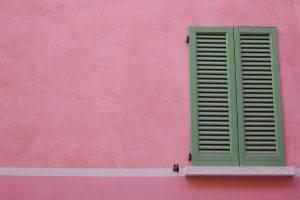 volet vert sur mur rose