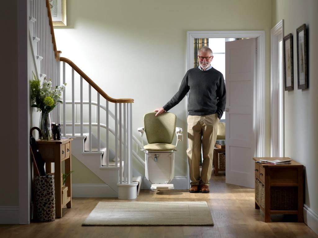 homme senior devant le monte-escalier