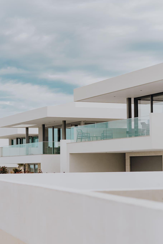 maison moderne fenetres grises