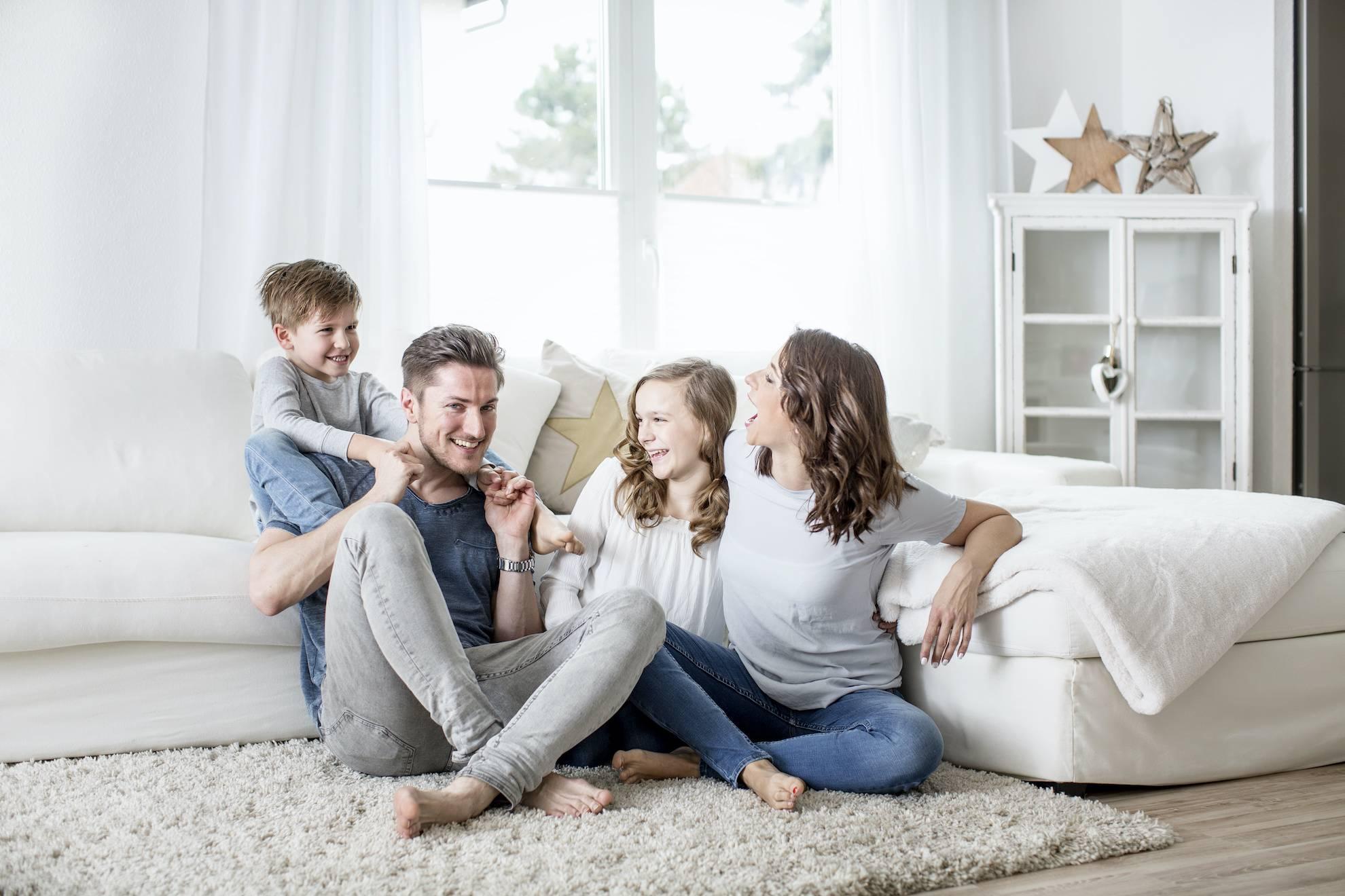 famille heureuse dans une maison